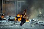 1992. Sarajevo. Une femme court lors d'une attaque au mortier en centre ville.