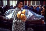 1992. Sarajéviens cherchent du pain dans un endroit hors d'atteint des tirs de mortier.