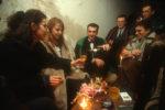 1993. Bojan et Dada célèbrent leur mariage avec des amis dans la cave de leur immeuble, à l'abri des tirs.