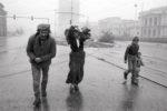 """Famille refugiée traverse Sarajevo sur """"sniper alley"""" l'un des endroits les plus dangereux car très exposé aux snipers serbes."""