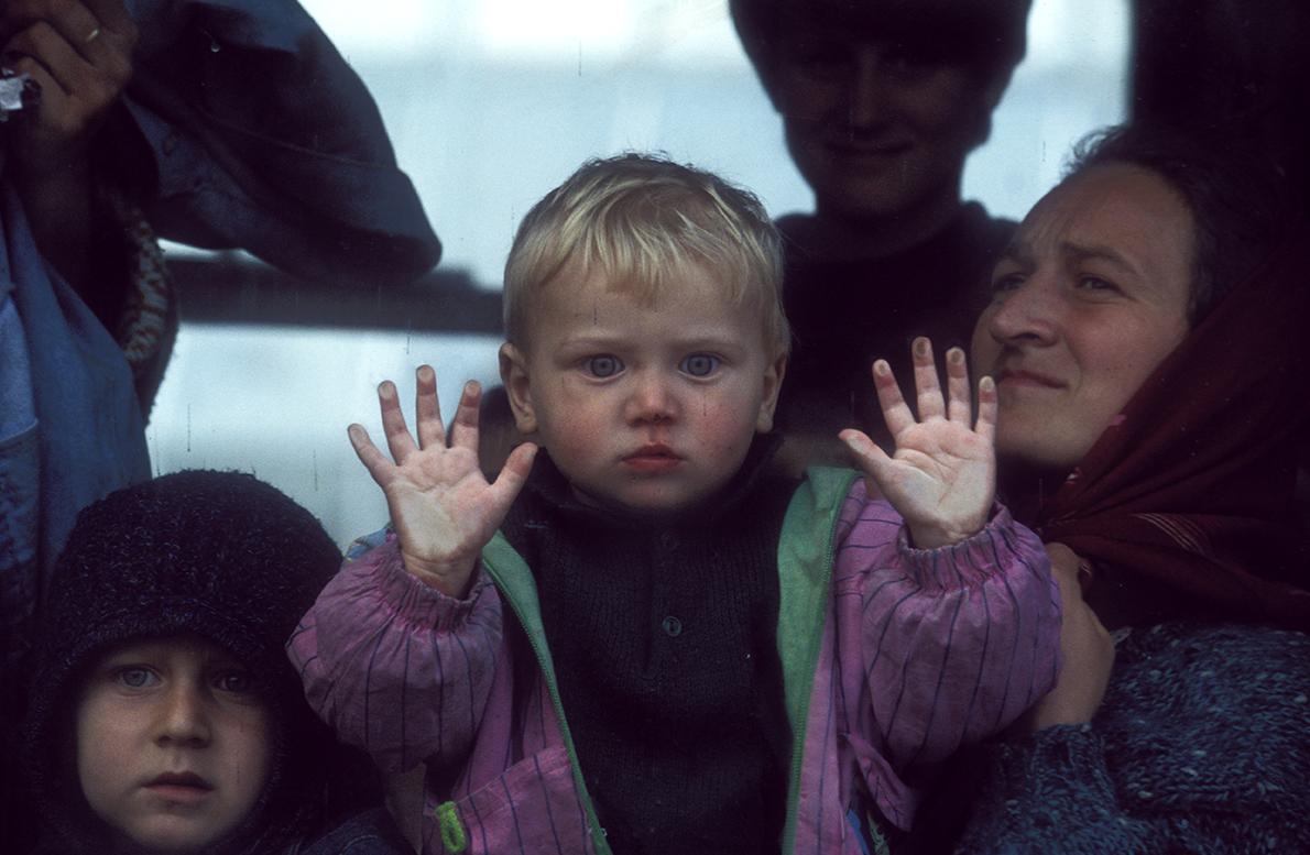 1995. Femmes et enfants évacués de Srebrenica arrivent à Tuzla.
