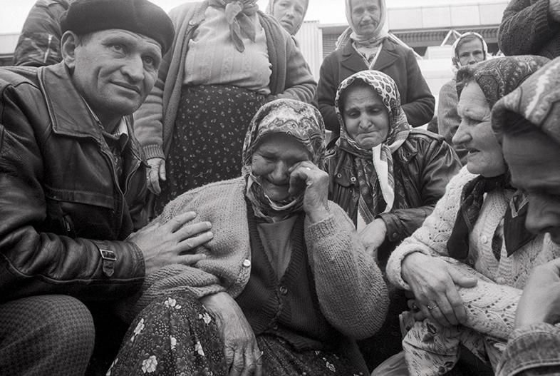 1993. Refugiées de Srebrenica arrivent à Tuzla. 8500 hommes et garçons seront massacrés par les Serbes sous commandement de Ratko Mladic.
