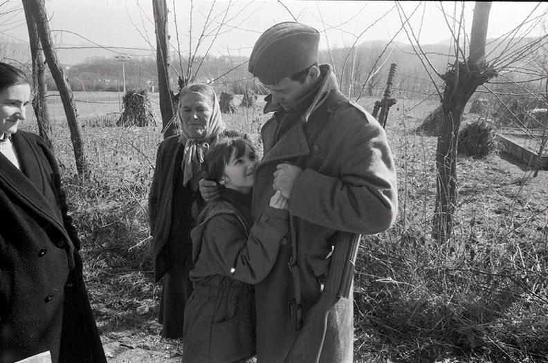 1993. Skelani, sur la Drina, un combattant Serbe quitte sa famille pour rejoindre le front.