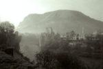 1993. Le Pont de Mostar détruit. La ville est divisée entre habitants musulmans et Croates.