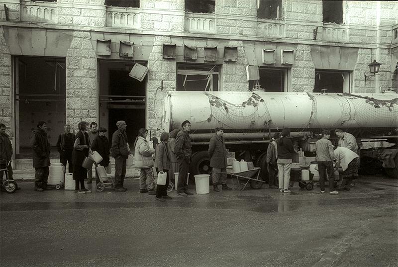 1993. Mostar Est où l'entité Bosniaque (musulmans) est assiégé par les Croates à l'ouest et aussi les Serbes.