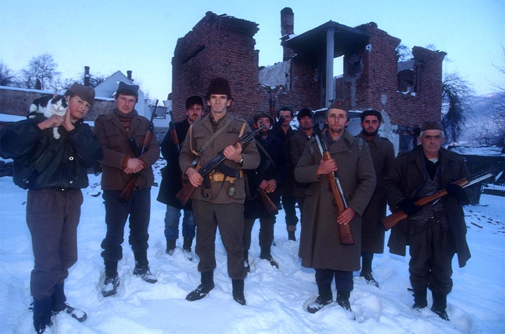 """1993. Les villageois Serbes près de Bratunac, sur la Drina, s'organisent en """"auto-défense"""" après la contre-attaque de Nasir Oric qui défendait Srebrenica."""